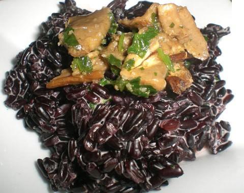 Riso venere funghi e salmone – ricetta veloce