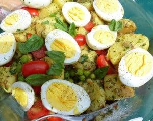 ricetta estiva insalata di patate con le uova e i pomodorini